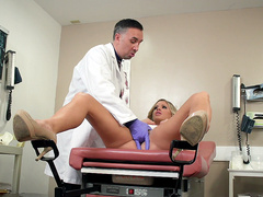 Jessa Rhodes gets fingered by a perverted doctor