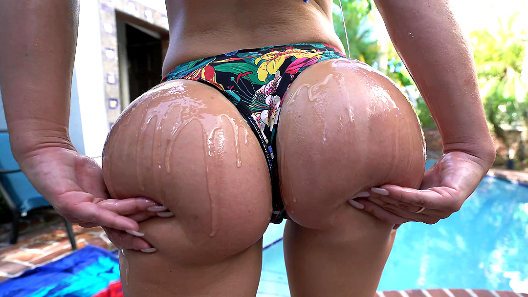 Sexy big oiled ass